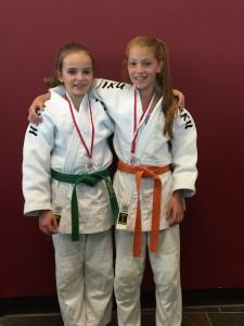 Die erfolgreichen Judokas Linda Briner und Ines Gonzalez mit ihren Medaillen.